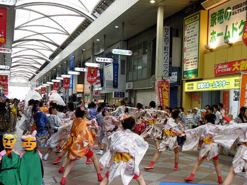 YOSAKOIさせぼ祭り(YOSAKOI-Sasebomatsuri)四ヶ町アーケードにて 撮影:Atsasebo